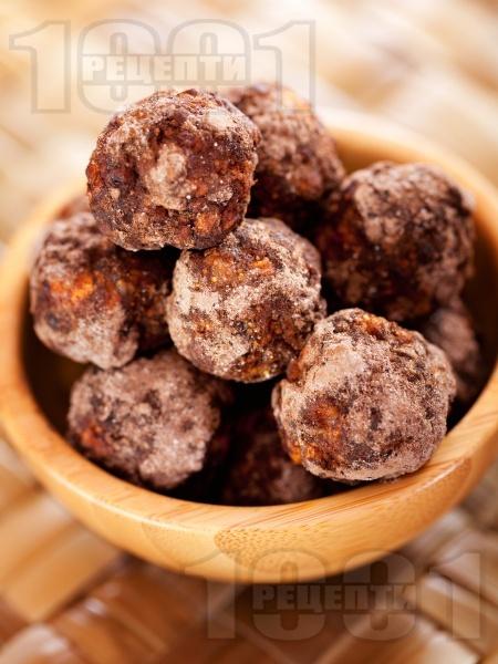 Бонбони със сушени плодове (ябълки, фурми, смокини) и сурови бадеми - снимка на рецептата